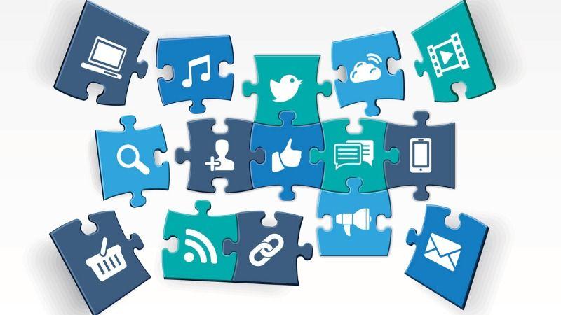 Ein Puzzle, das sich aus verschiedenen Symbolen zusammensetzt, die für Marketingkanäle, Medienformate und Softwarefunktionen stehen.