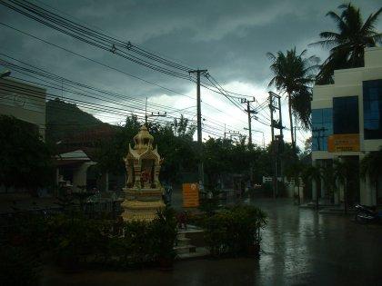 Und so pflegen Buddhatage bei uns zu Ende zu gehen. Mit Regen. Grad noch chatte ich mit jemandem in Khon Kaen der mir sagt, es würde dort regnen und prahle mit Sonnenschein und 10 Minuten später war es geschehen. Jetzt kann ich wenigstens sagen, dass ich nicht nach Hause kann, weil es so sehr regnet.