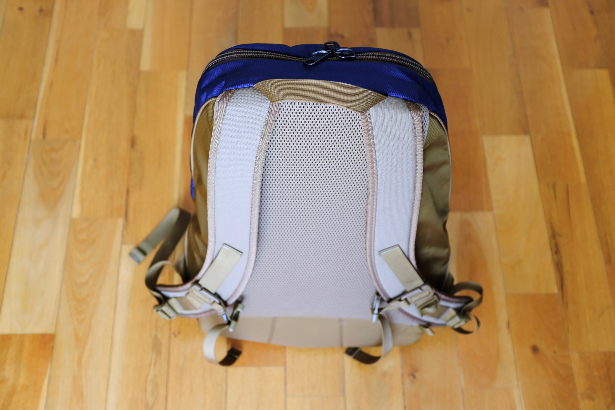 Both the shoulder strap and back panel are made out of closed-cell foam