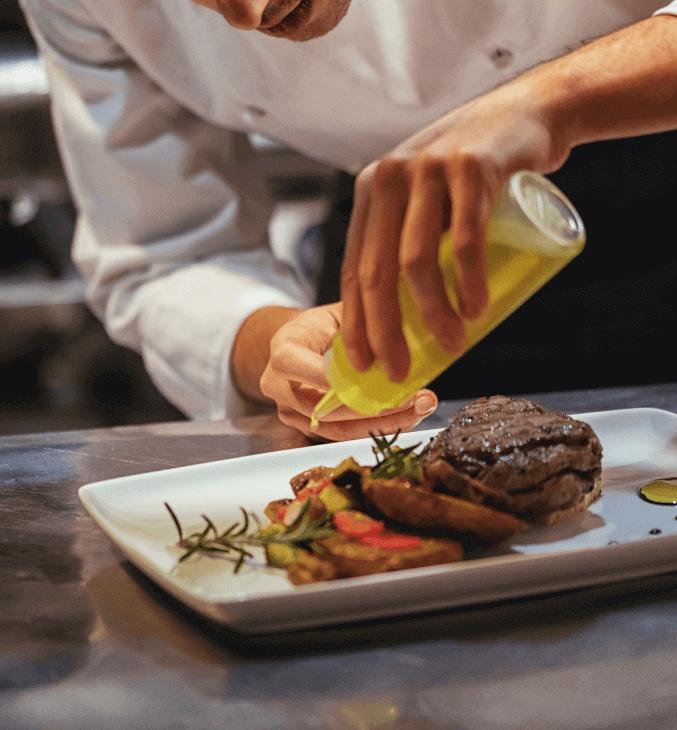 Préparation d'une assiette à servir dans un restaurant.