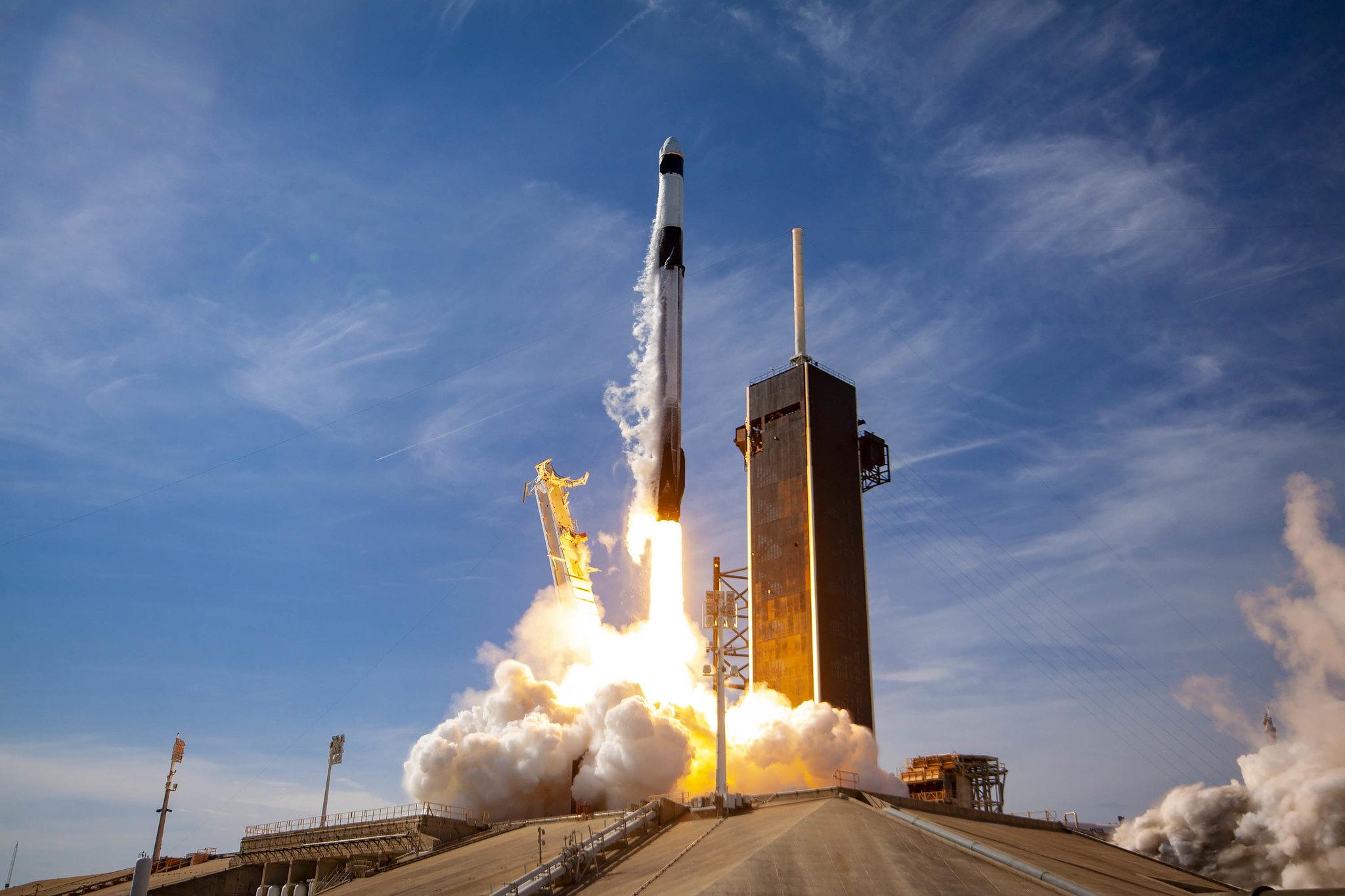 Imaginea 1: Lansarea rachetei Falcon 9 B1058.4 în misiunea CRS-21, urcând pe orbită prima capsulă cargo Dragon de nouă generație (Sursa: SpaceX).