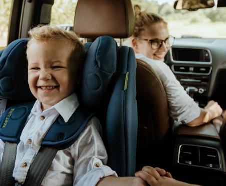 Ein Junge, der in einem Avionaut-Autositz reist