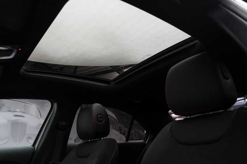 "Mercedes-Benz A-Klasse Limousine A35 AMG 306pk 4Matic Panoramadak Nightpakket Schaalstoelen Multibeam Head-Up Widescreen Burmester AmbientLight SuperSportStuur ComandOnline Full-Led 19"" Parktronic 360Camera Pdc afbeelding 4"