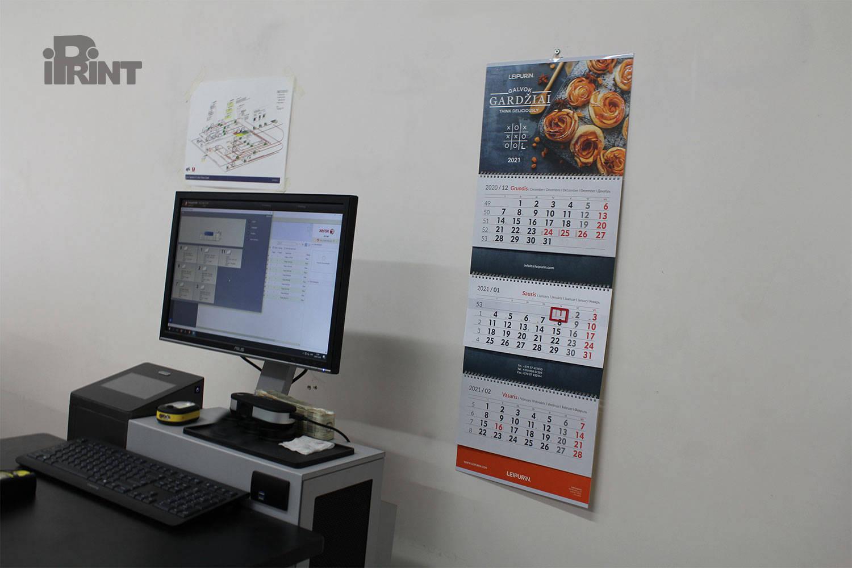 Pakabinami sieniniai trijų dalių kalendoriai