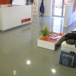 Reception di una palestra in provincia di Treviso con pavimento in resina antiscivolo.