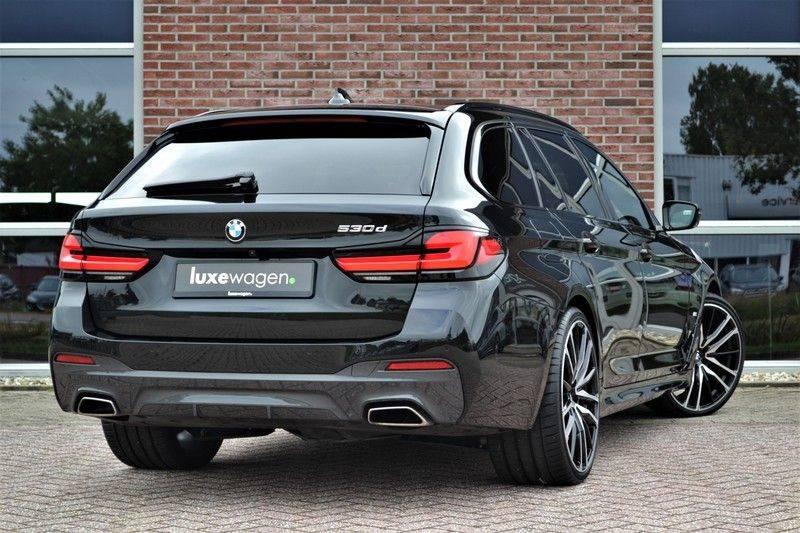 "BMW 5 Serie Touring 530d 286pk M-Sport Pano DA+ PA+ Laser 21"" Adp-drive HUD afbeelding 2"