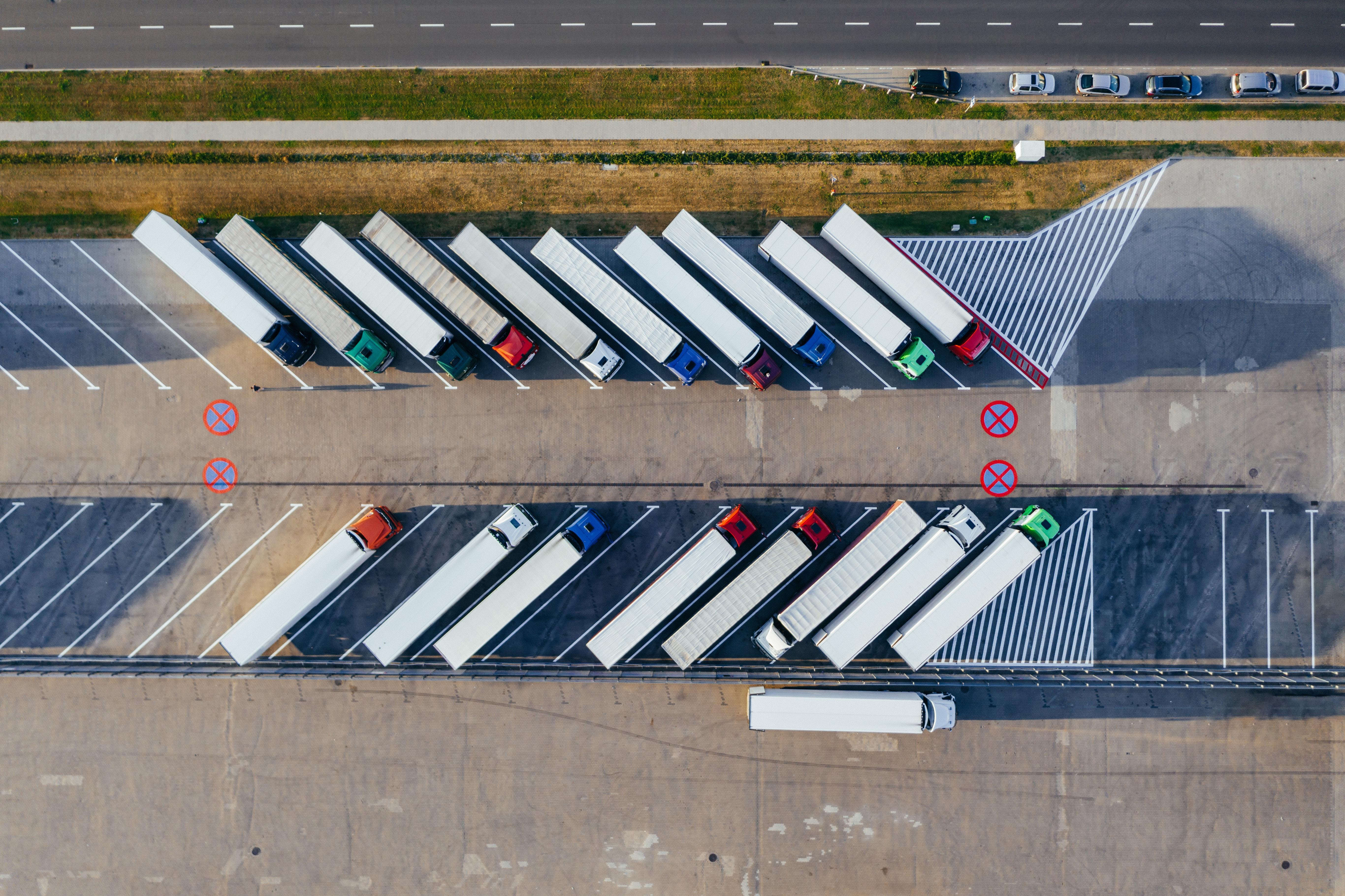 Imagen aerea de una flota de camiones