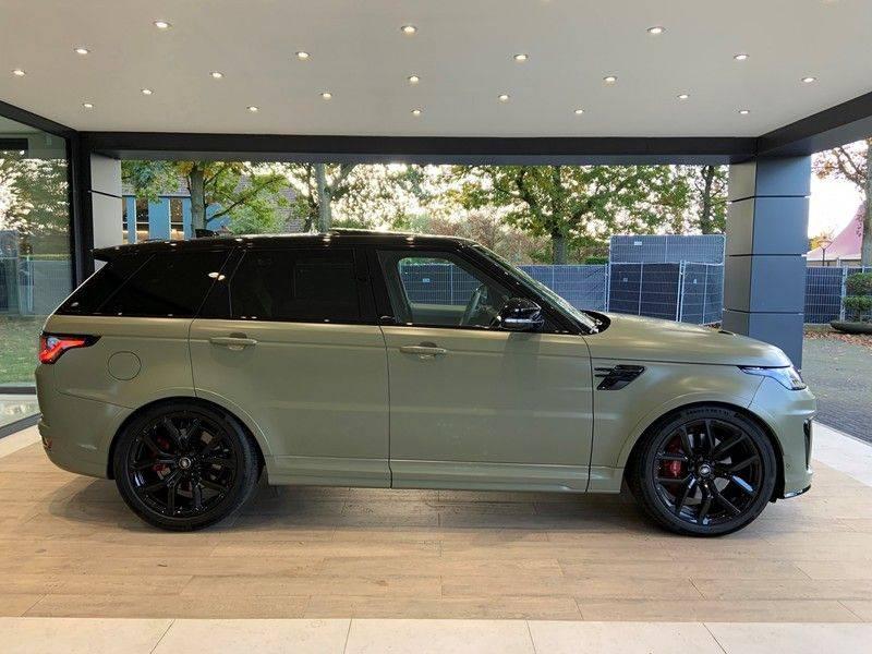 "Land Rover Range Rover Sport P575 SVR 'Solid Gloss Avocado' Carbon SVR motorkap + Drive Pro Pack + Panoramadak + 22"" + Stoelkoeling + Head-Up + Stuurwielverwarming + Carbon interieur afbeelding 4"
