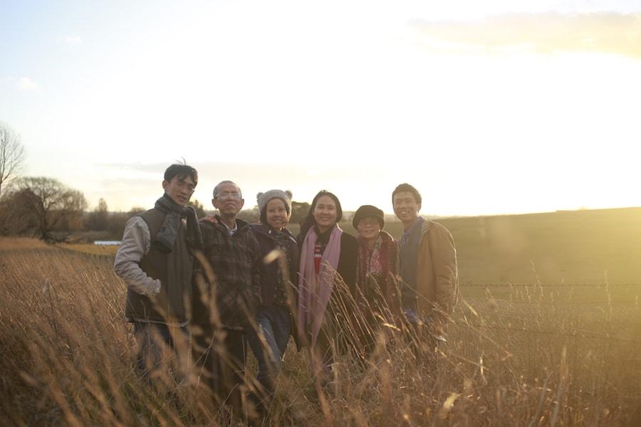 Chụp cùng anh Phục (ngoài cùng bên trái), bác Hưng (tiếp theo) và những người bạn thực dưỡng trong chuyến đi Australia