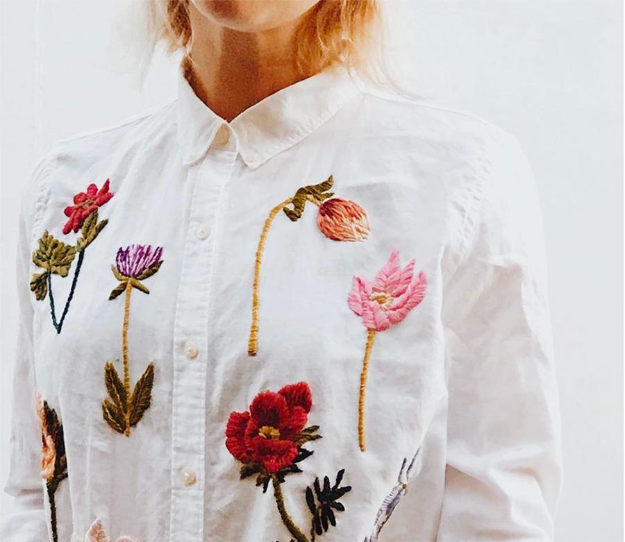 Broderie fleuries sur chemise faite par une couturière