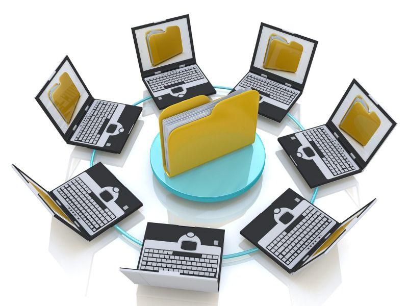 Eine Datei steht symbolisch in der Mitte eines Kreises von Laptops, die diese Datei als Abbildung auf ihren Bildschirmen zeigen.