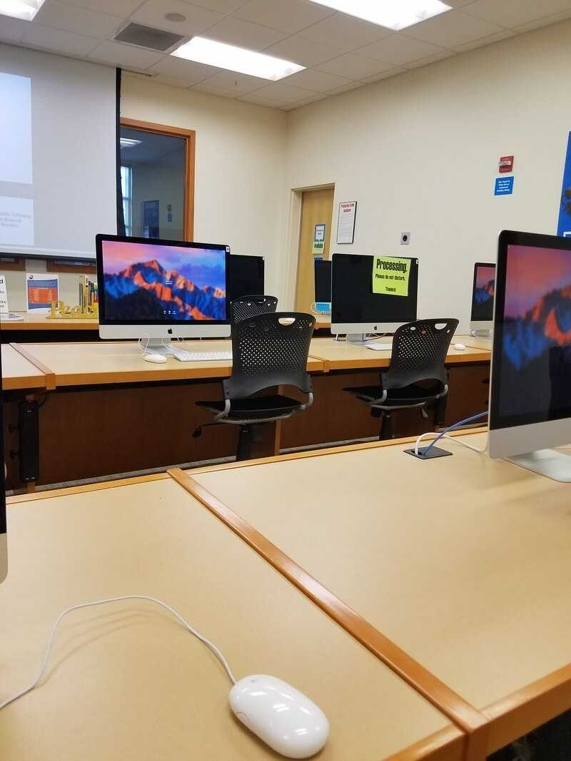 Студия с МакБуками в библиотеке в США