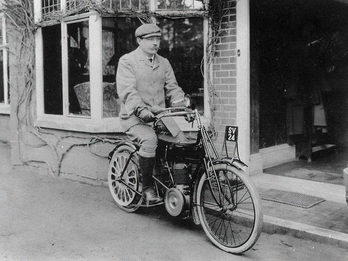 Артур Конан Дойл на мотоцикле в Андершоу / arthur-conan-doyle.com, 1905 г.