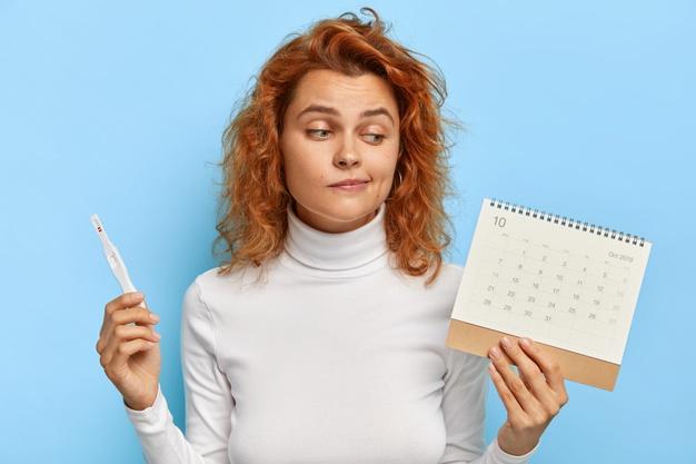 Mujer verificando los días de su ovulación