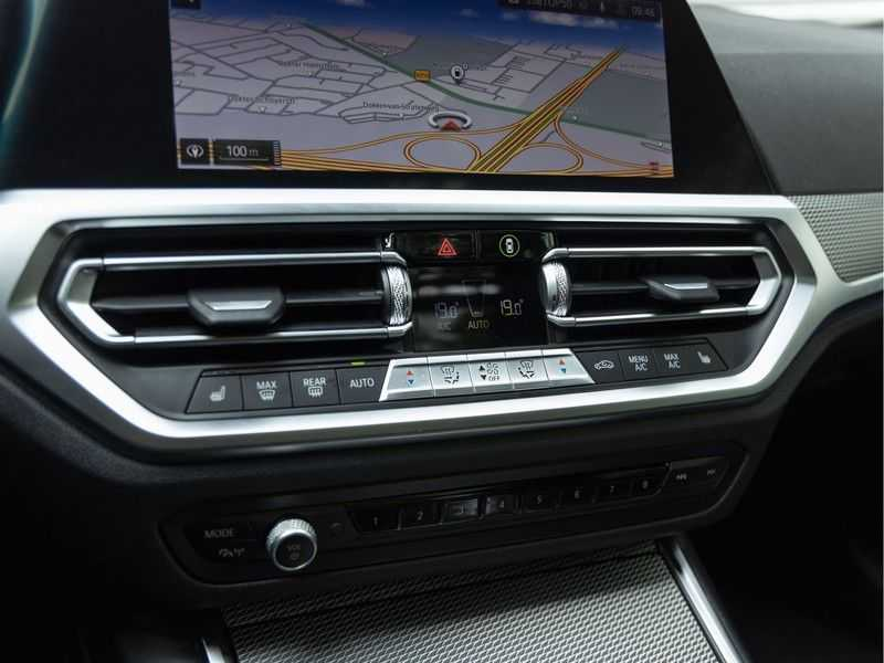 BMW 3 Serie Touring 330i M-Sport - Panorama - 19 Inch M-Performance - Active Cruise Controle afbeelding 25