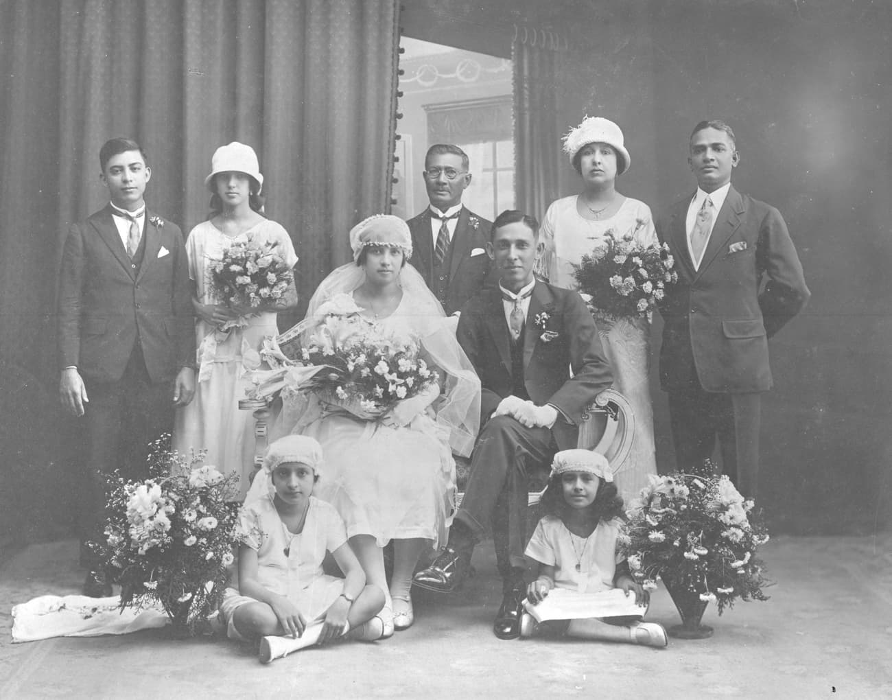 欧亚人在照相馆拍摄的婚纱照,1920年代