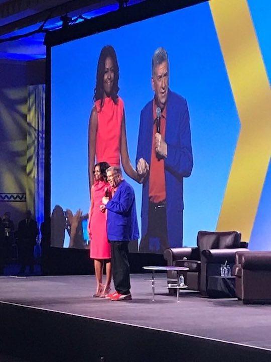 Eliott Masie begrüßt Michelle Obama