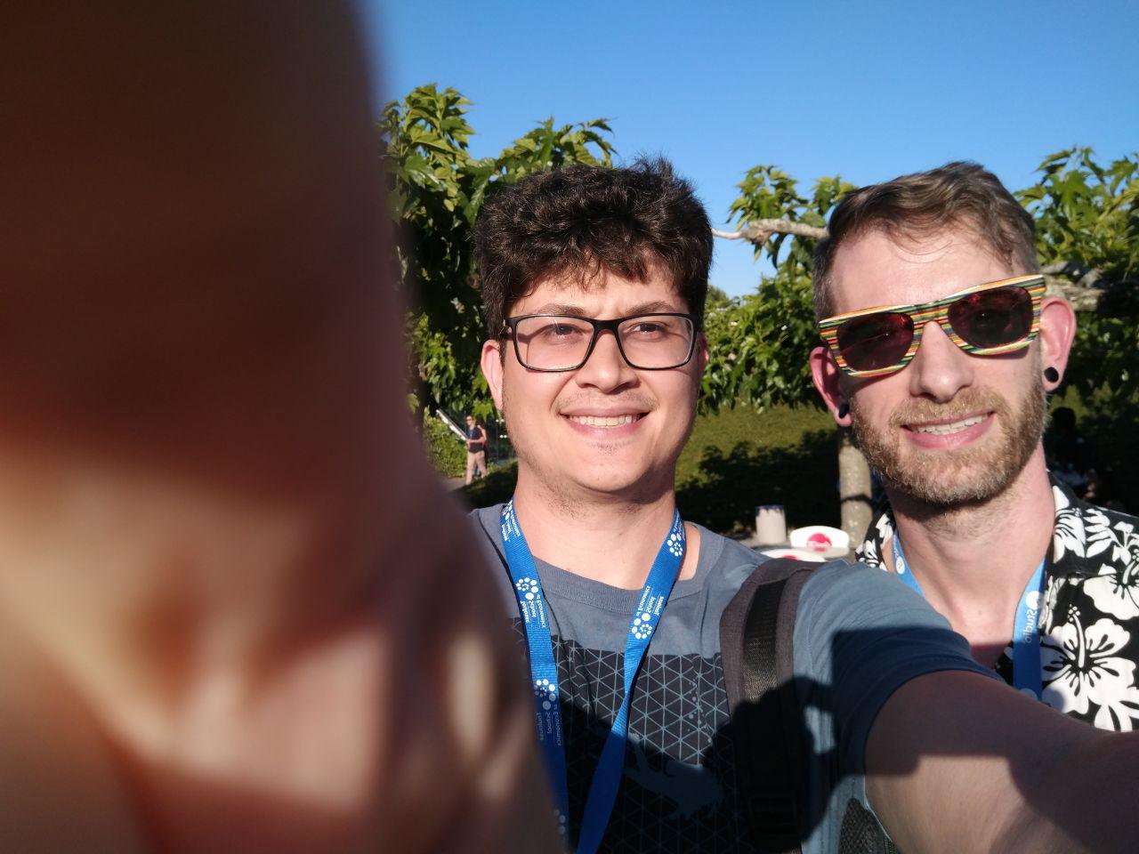 Depois pedi para tirar foto com ele e tampei o William, além de ter ficado com um sorriso horrível. O Hadley, obviamente, estava ótimo. Olha esses óculos, muito estilosos!