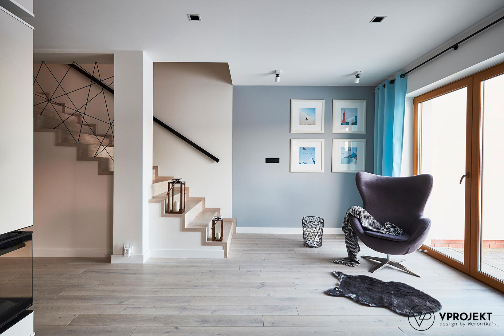 Pokój dzienny i schody na piętro, dom w Ostródzie