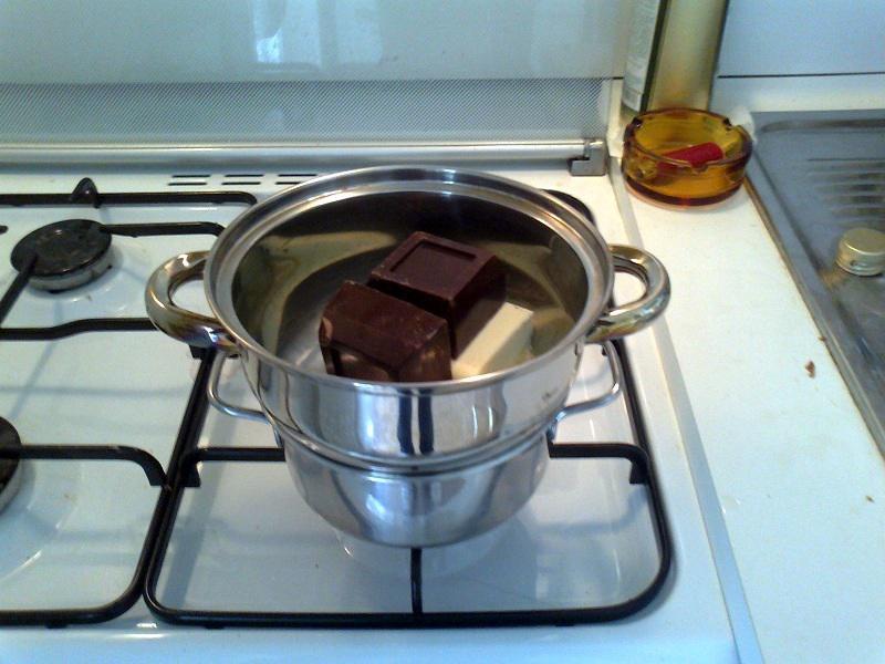 • Cioccolato e burro a bagnomaria per la torta