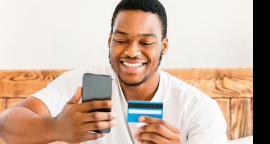 Homem com celular e cartão