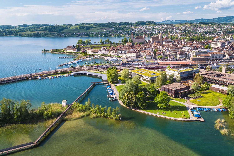 Luftaufnahme der Hochschule für Technik in Rapperswil.