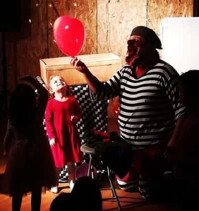 Ο Αλέξανδρος κρατάει μπαλόνι μαζί με κοριτσάκι στην παρουσίαση il barbiere.