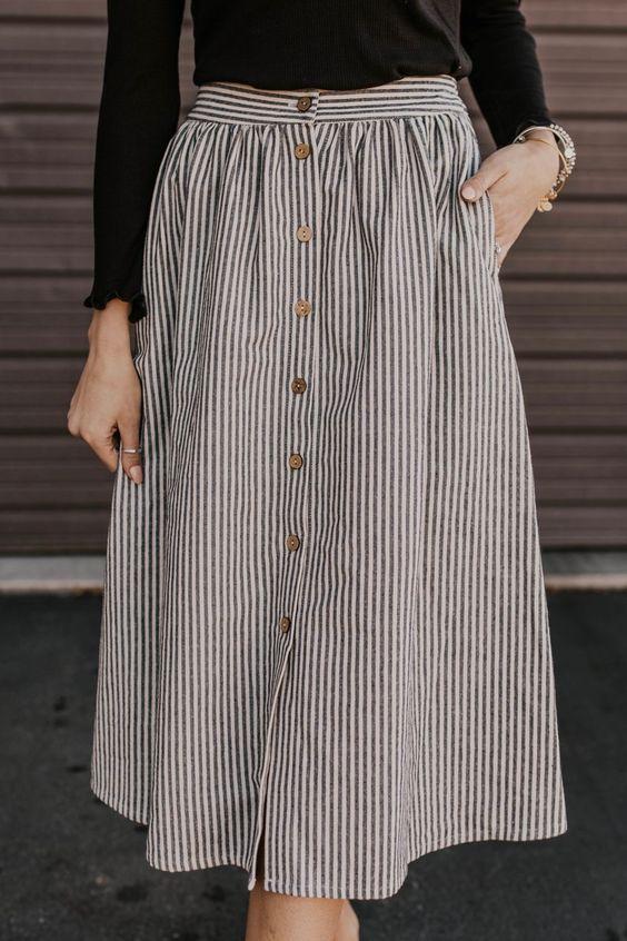 Jupe droite rayée blanche et bleue avec ouverture boutons sur le devant