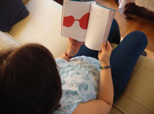 mujer embarazada-leyendo