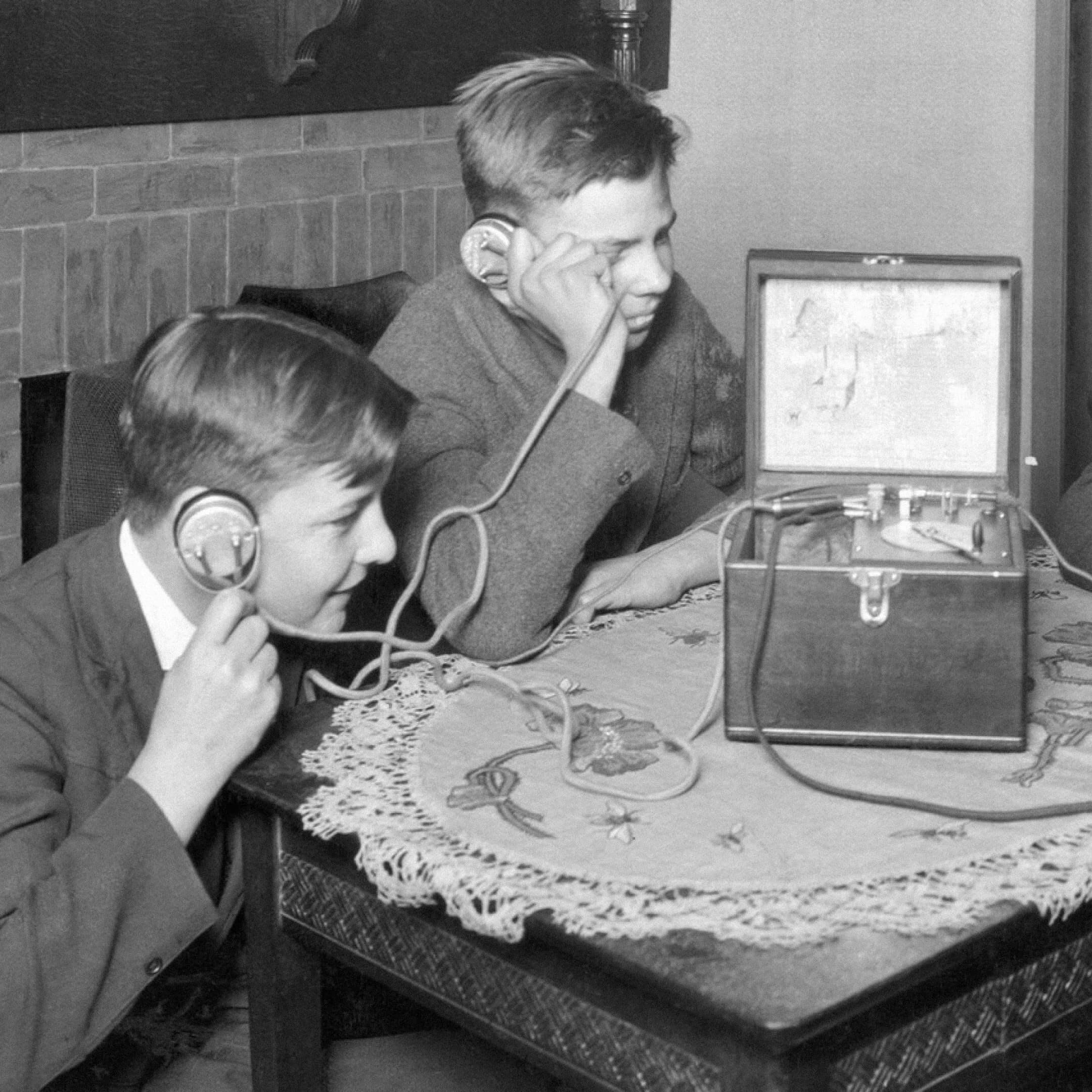 Дети слушают радио внаушниках (1920-е). Источник: insdrcdn.com