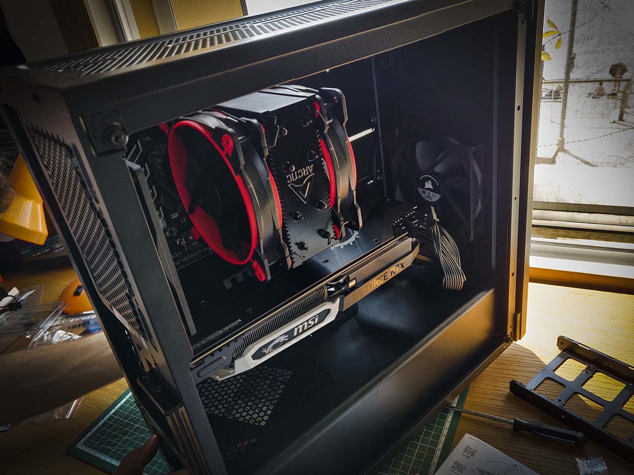 The CPU cooler and the graphic card in evidence on the left side of the case