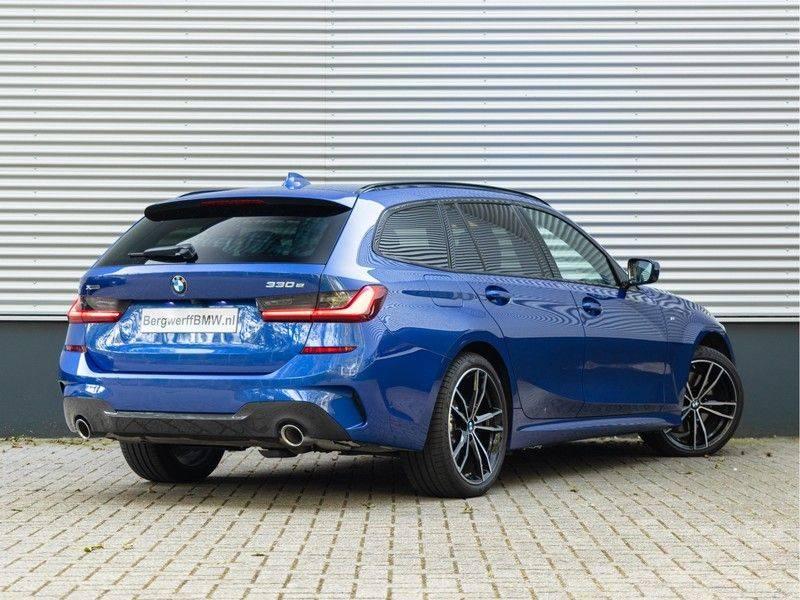 BMW 3 Serie Touring 330e xDrive M-Sport - Panorama - Active Cruise - Harman Kardon - Camera afbeelding 2