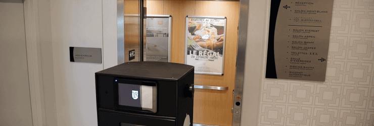 Le robot-livreur prêt à rentrer dans un ascenseur.
