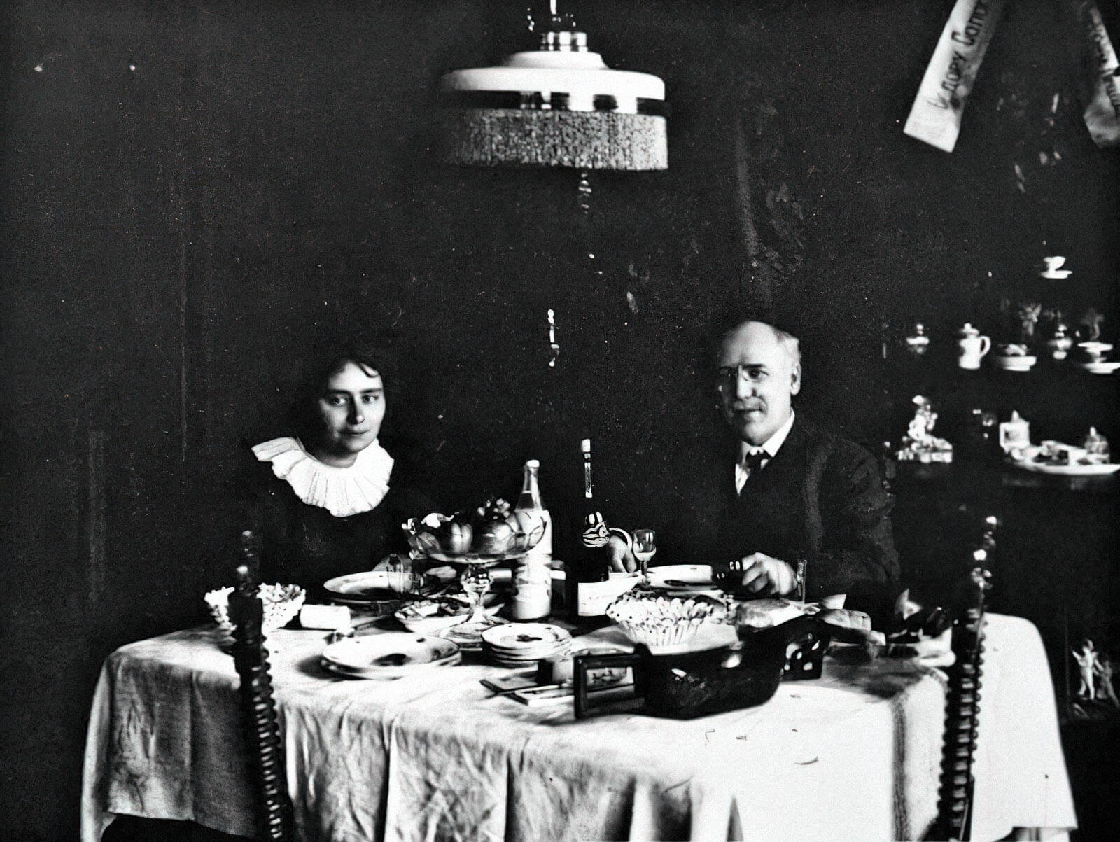 Федор Сологуб сженой Анастасией Чеботаревской, скоторой они устраивали усебя дома литературные салоны, 1900-е гг.