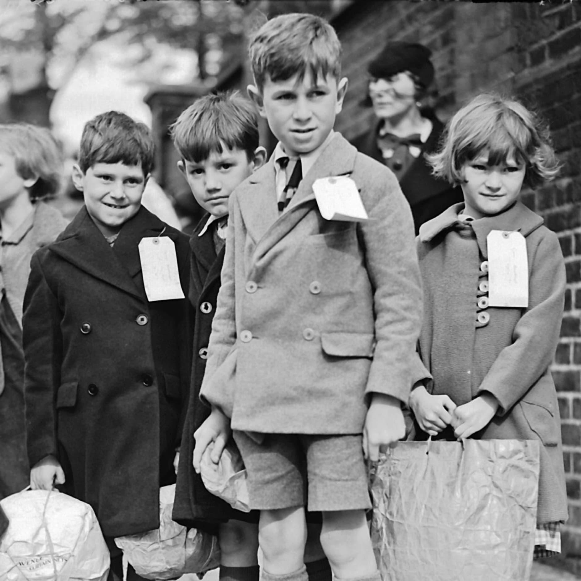 Эвакуированные дети вовремя Второй мировой войны. Фото: dkfindout.com/us/history/world-war-ii/evacuated-children/