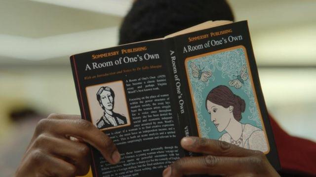 Впервом сезоне «Полового воспитания» книгу Вулф читал Джексон — чтобы покорить Мэйв. Источник: Netflix