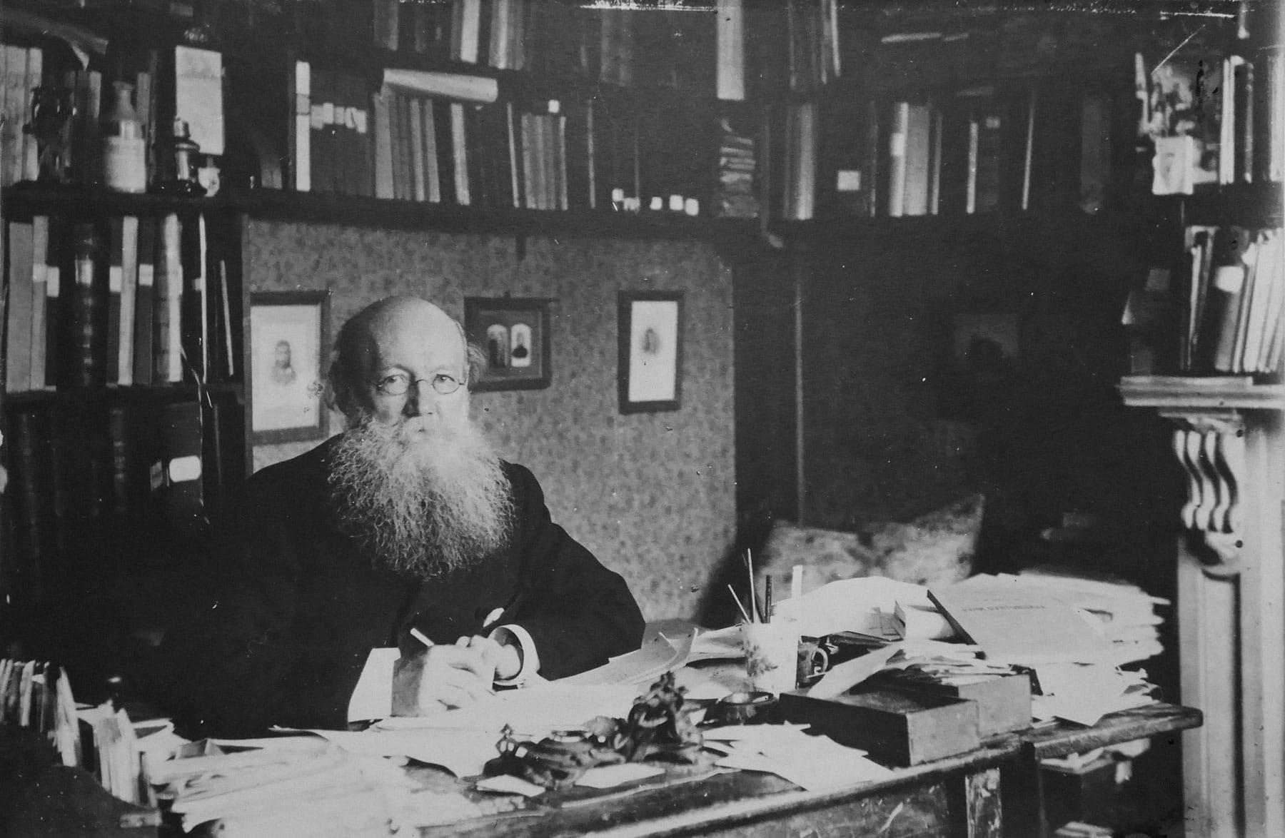 Петр Кропоткин в рабочем кабинете за письменным столом собственного изготовления. Источник: kropotkin.ru