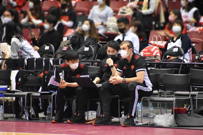 Alvark Tokyo coaches courtside