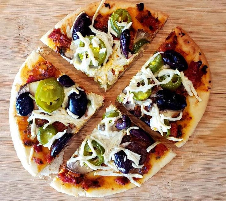 Flatebread pizza with jalapeño and mushrooms