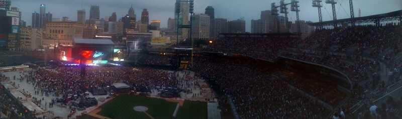 Стадион Комерика в Детройте наполненный людьми на концерте Эминема и Рианны