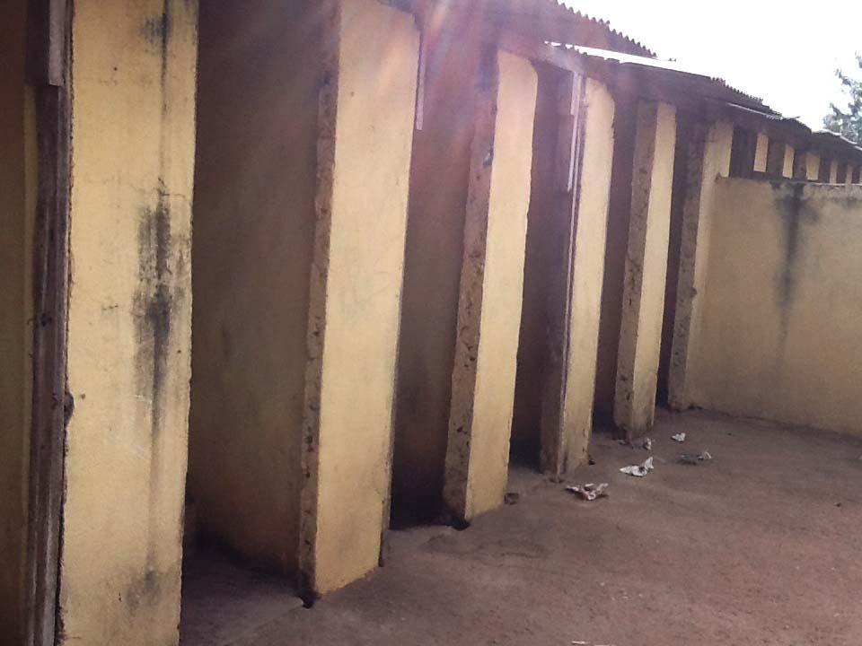 Blije familie bij toilet