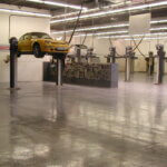 Automobili sportive sollevate con un ponte idraulico in un'officina di Padova interamente rivestita con resina multi strato.