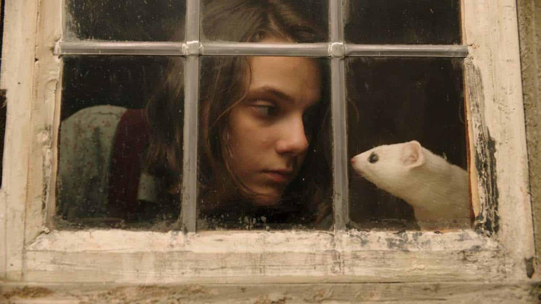Cena de His Dark Materials com Lyra (Dafne Keene) - serie da HBO com BBC One