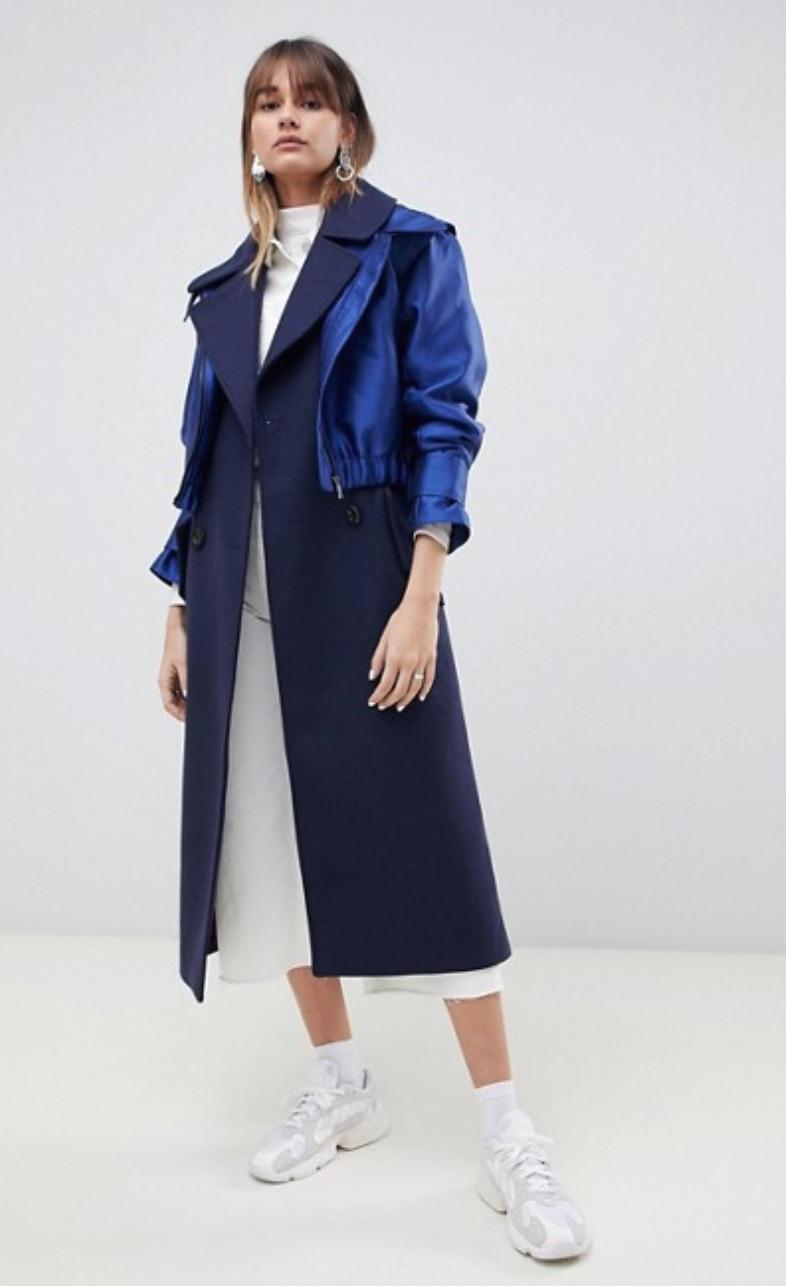 Manteau court bleu marine satiné superposé sur un manteau long bleu marine mat