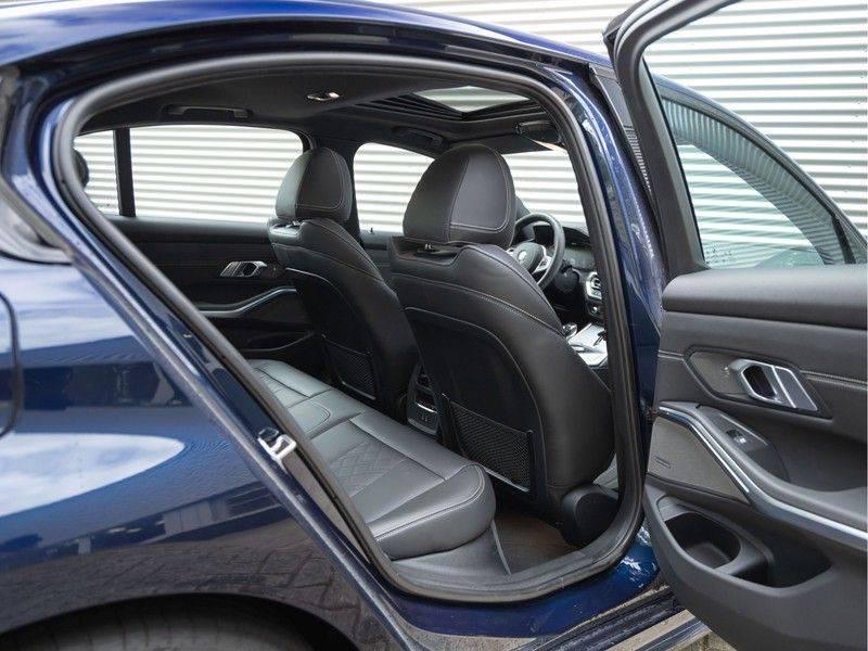 BMW 3 Serie 330e M-Sport - Individual - Dak - ACC - Harman Kardon - Trekhaak afbeelding 17
