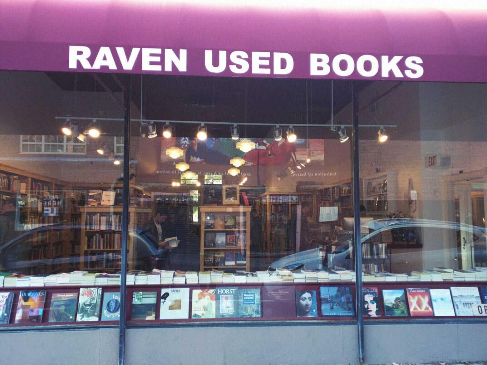 Витрина магазина подержанных книг Raven Used Books вБостоне, США. Источник: ravencambridge.com