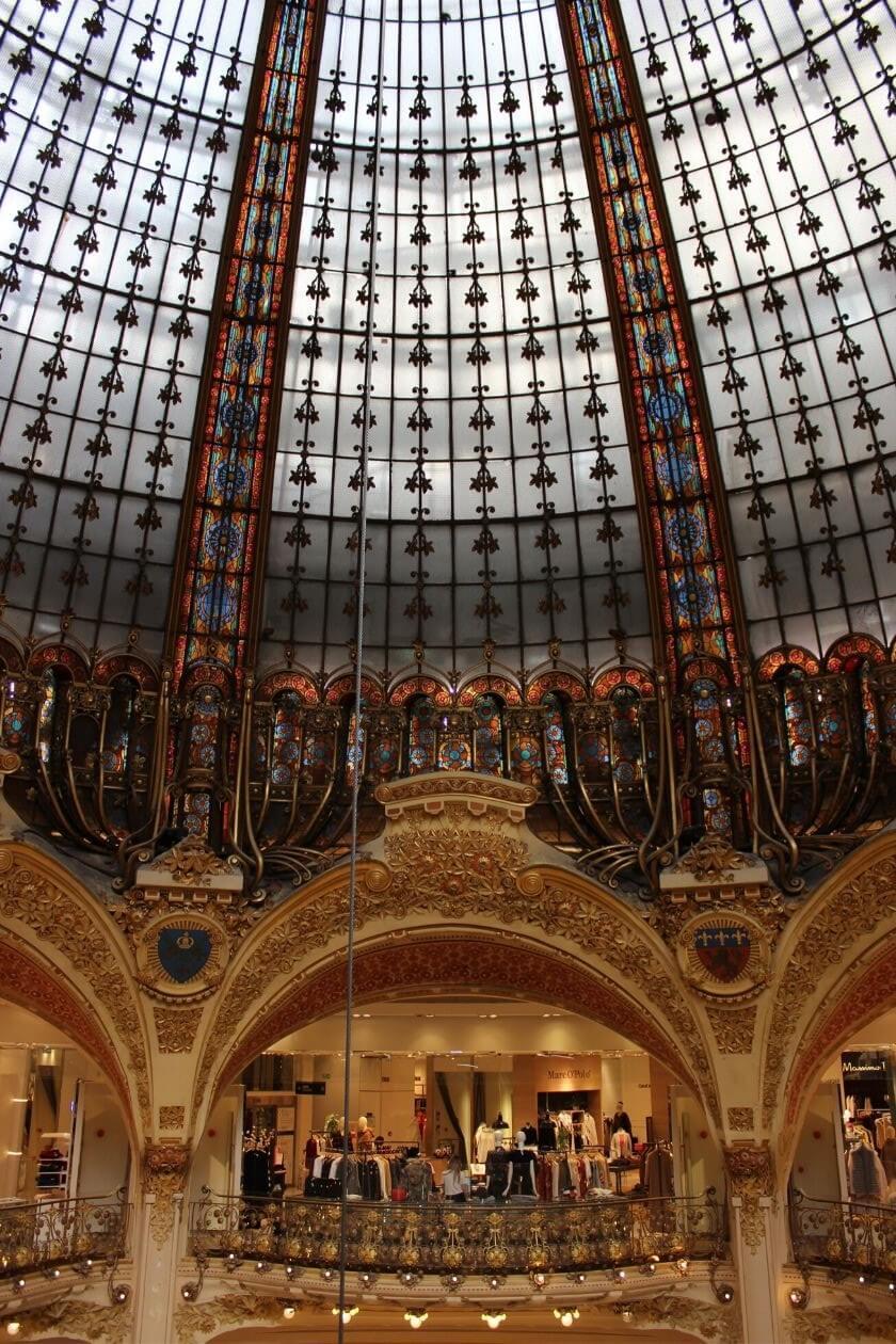 Die schillerne Glaskuppel der Galeries Lafayette von innen in ihren vielen bunten Farben