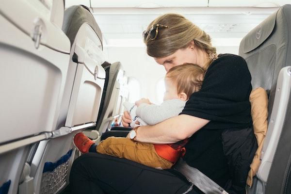 bebe avion con madre