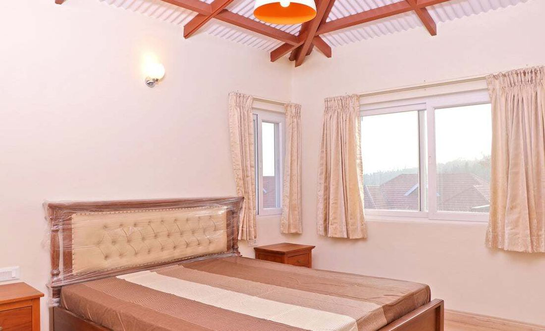 Master Bedroom at English Daisy, Streamside