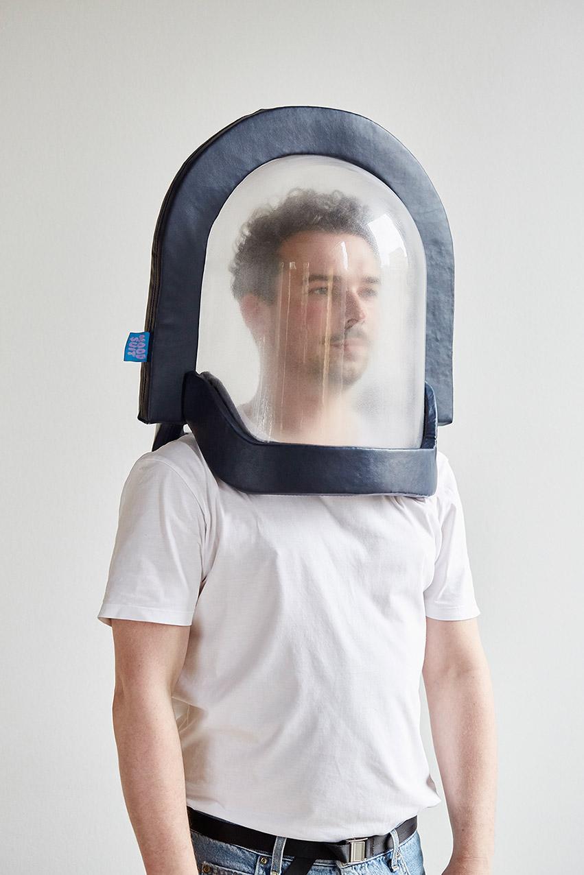 Mensch mit einer Glocke über dem Kopf